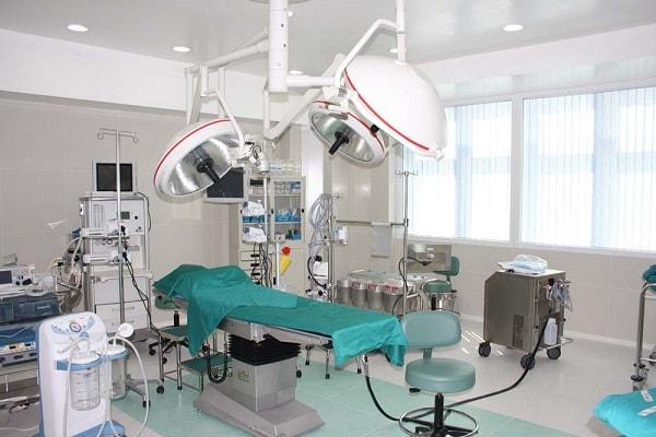 غرفة العمليات في مستشفى مصطفى خميني في طهران