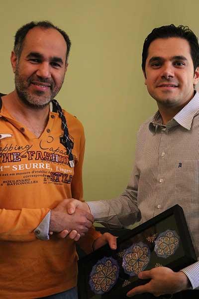 الدكتور خالد من سلطنة عمان يتلقى هدية تذكارية من إ شركة آريا مدتور في نهاية زيارته العلاجية إلى ايران