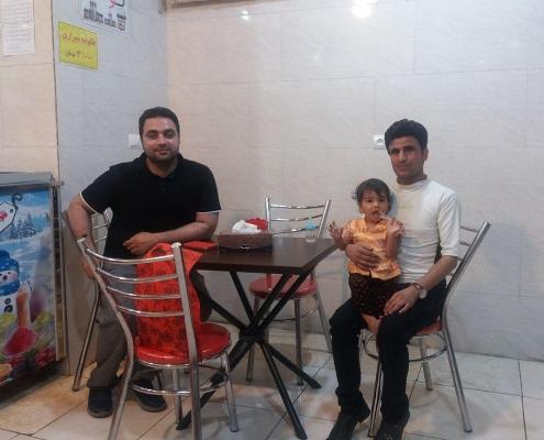 عبد القادر من كابول في مطعم في طهران مع مترجم شركة آريا مدتور