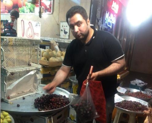 عبد القادر من أفغانستان يتسوق في طهران أثناء رحلته العلاجية عن طريق شركة آريا مدتور