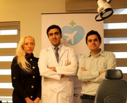 أبيغيل من أسراليا مع طبيبها و المدير التنفيذي لشركة آريا مدتور في طهران