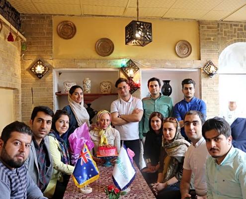 صورة جماعية لكادر شركة آريا مدتور مع أبيغيل من أستراليا في أحد مطاعم طهران