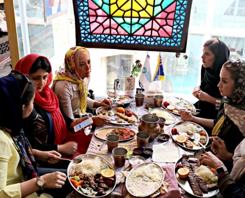 أبيغيل من أستراليا مع مجموعة من الكادر النسائي في شركة آريا مدتور في طهران