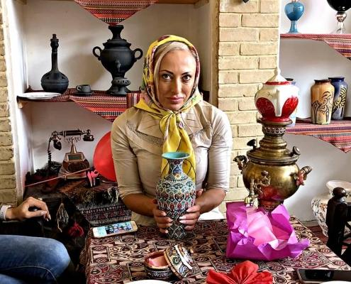 أبيغيل من أستراليا تتلقى هدية تذكارية من شركة آريا مدتور في ايران خلال رحلتها العلاجية إلى طهارن