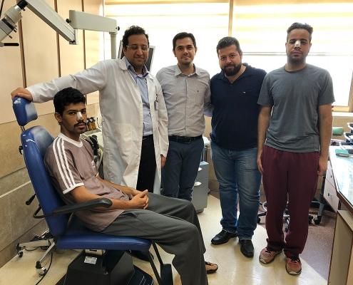 صورة للطالبين العمانيين في عيادة جراح الانف في طهران مع مرافقيهم من آريا مدتور