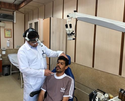 هشام طالب عماني في جامعة أمريكية في عيادة جراح انف ايراني