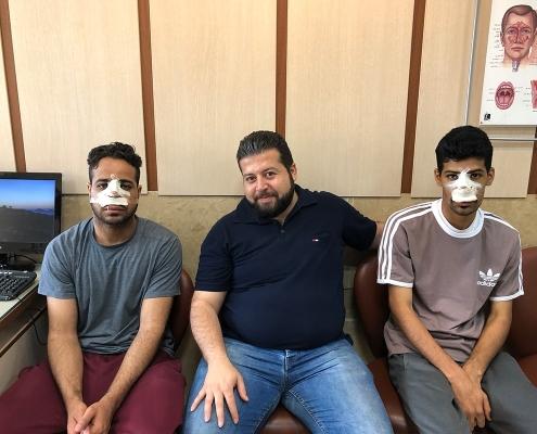 هشام و مصعب من عمان مع مترجم شركة آريا مدتور في عيادة جراح تجميل الانف في طهران للمراجعة بعد العملية