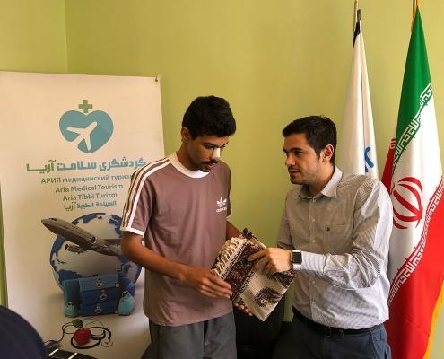 هشام من عمان يتلقى هدية تذكارية من المدير التنفيذي لشركة آريا مدتور في نهاية رحلته العلاجية في ايران
