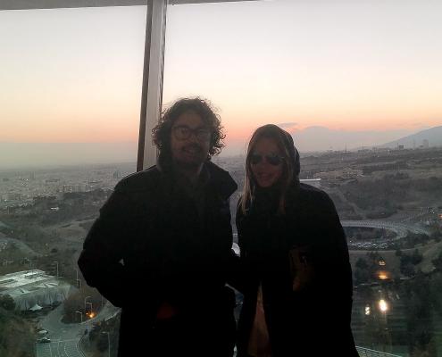 صورة للضيفين الإيطاليين من الجبل فوق طهران | آريا مدتور