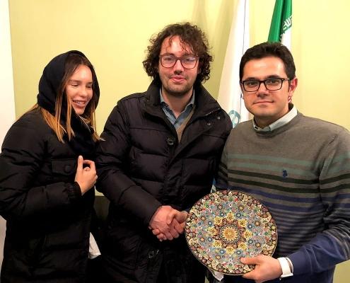 جوليا و لوكا من إيطاليا يتلقيان هدية تذكارية من شركة آريا مدتور في نهاية رحلتهما العلاجية