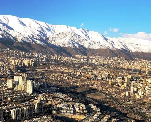 منظر لمدينة طهران يظهر فيها الجبل وعليه الثلوج