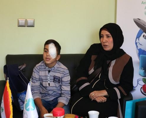 الطفل محمد صادق مع والدته في مقر شركة آريا مدتور في طهران ايران
