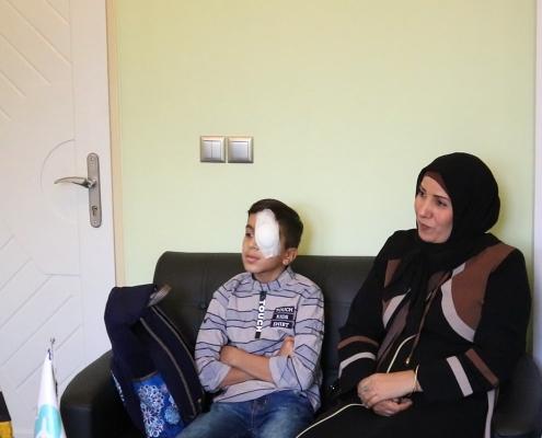 محمد صادق ووالدته سعيدان في شركة آريا مدتور بعد انتهاء العلاج في طهران