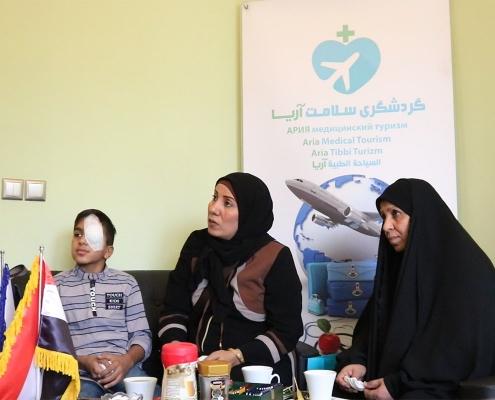 محمد صادق ووالدته مع العراق بعد إجراء جراحة العيون في ايران من خلال شركة آريا مدتور