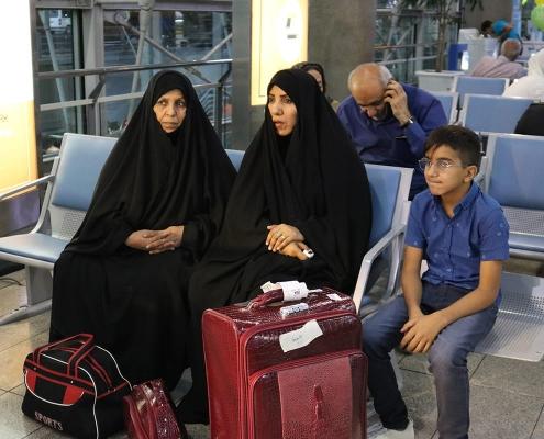 محمد صادق والسيدتان المرافقتان له يستريحون في المطار أول وصولهم إلى طهران