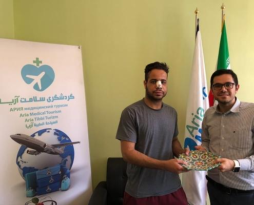 مصعب طالب عماني في جامعة أمريكية يتلقى هدية تذكارية من شركة آريا مدتور بعد إجرائه عملية تجميل الانف في ايران