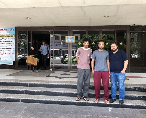 صورة تذكارية للطالبين مصعب و هشام من سلطنة عمان مع مترجم اللعة العربية في شركة آريا مدتور أثناء رحلتهما العلاجية إلى طهران