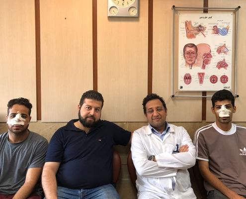 مصعب و هشام من عمان مع طبيبهما ومترجم اللغة العربية في شركة آريا مدتور في طهران