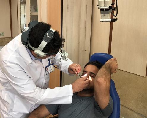 جراح الأنف يتفقد حالة مصعب بعد إجرائه لعملية تجميل الانف في ايران