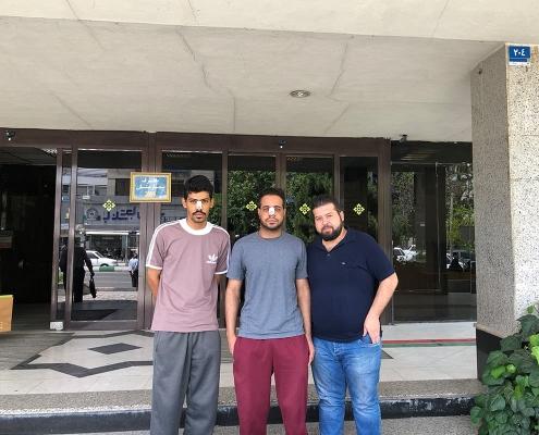 مصعب و هشام طالبان عمانيان في جامعة أمريكية مع مترجم آريا مدتور في طهران