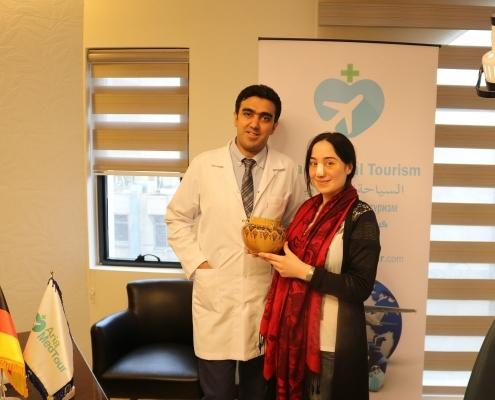 صورة للمريضة سباهت مع طبيبها بعد أن تلقت هدية تذكارية من شركة آريا مدتور
