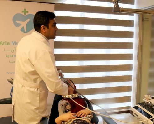 يقوم جراح تجميل الانف بإجراء فحوصات للمريضة