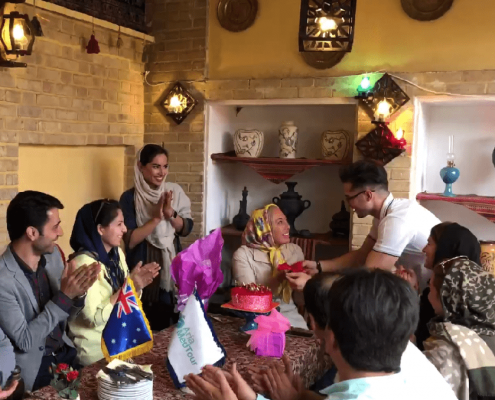 آريا مدتور تفاجئ مريضتها ابيغيل من أستراليا بإقامة حفل عيد ميلادها أثناء علاجها في طهران