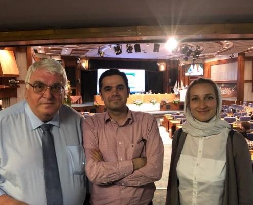 المدير التنفيذي لشركة آريا مدتور مع مشاركين في مؤتمر تطوير العلاقات الاقتصادية في مجال الصحة في طهران