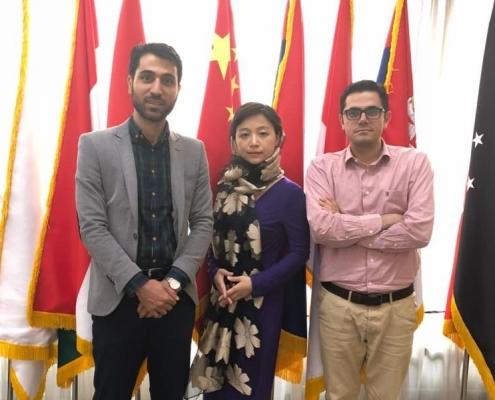 ممثلا آريا مدتور مع مندوبة صينية في مؤتمر تطوير العلاقات الاقتصادية في مجال الصحة في طهران
