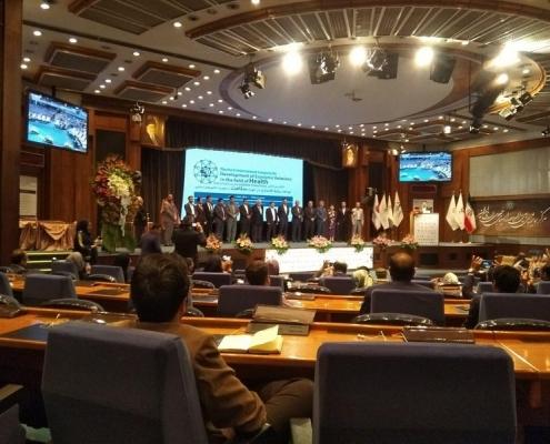 آريا مدتور بين المشاركين في مؤتمر تطوير العلاقات الاقتصادية في مجال الصحة في طهران