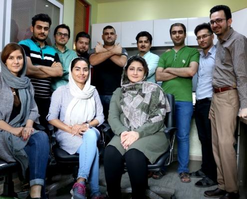صورة تذكارية جماعية للسيد عمار مع مجموعة من كادر شركة آريا مدتور في طهران