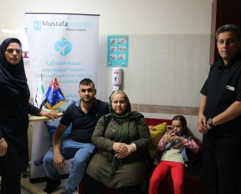 صورة لعمار العراقي الاسترالي مع الكادر الطبي المشرف على حالة مريضته في طهران