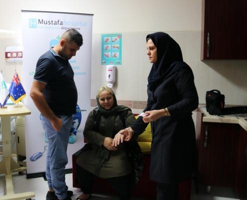 إجراء فحوصات للمريضة التي يرافقها عمار في مشفى مصطفى خميني في طهران