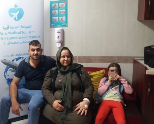 عمار مع عائلته في طهران أثناء سياحتهم الطبية في ايران