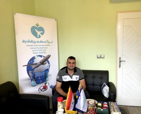 عمار عراقي استراليا في مقر شركة آريا مدتور أثناء رحلته العلاجية إلى ايران