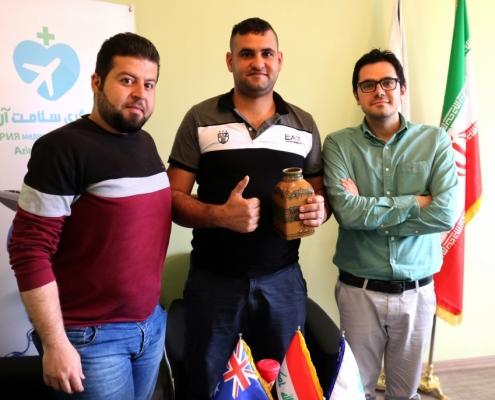 عمار من أستراليا مع المدير التنفيذي و مترجم اللغة العربية في شركة آريا مدتور