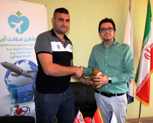 عمار من أستراليا يتلقى هدية تذكارية من المدير التنفيذي لشركة آريا مدتور في نهاية رحلته العلاجية إلى ايران