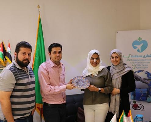 مريضة عمانية تتلقى هدية تذكارية في طهران
