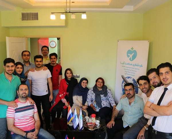 أميد ومودة في صورة جماعية مع فريق عمل شركة آريا مدتور في طهران