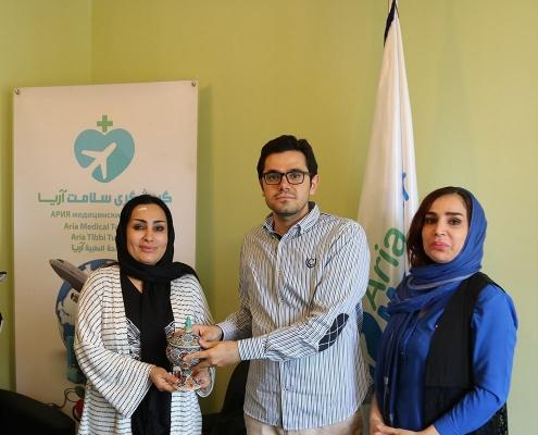 هدية تذكارية من آريا مدتور لشابتين كرديتين في ايران