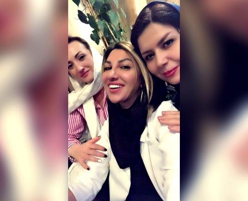 شيلا وصديقتها من رومانيا مع منسقة شركة آريا مدتور أثناء السياحة الطبية لإجراء عملية ترميم الأنف في إيران