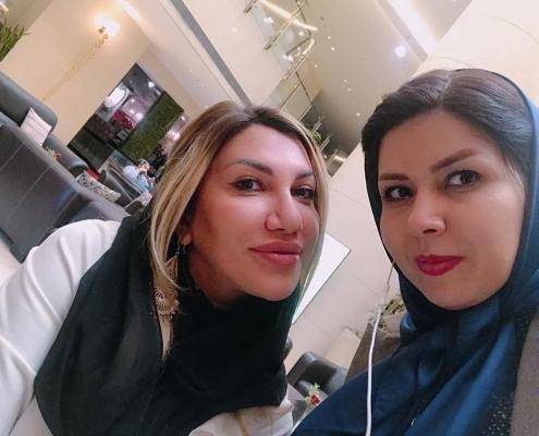 شيلا من رومانيا مع منسقة شركة آريا مدتور أثناء السياحة الطبية لإجراء عملية ترميم الأنف في إيران