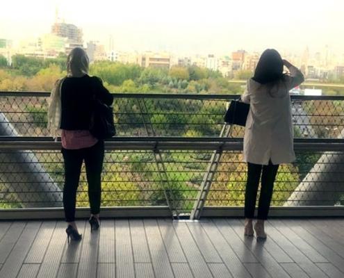 شيلا من رومانيا تتمتع بالمناظر الجميلة في طهران أثناء رحلتها لإجراء ترميم الأنف في ايران