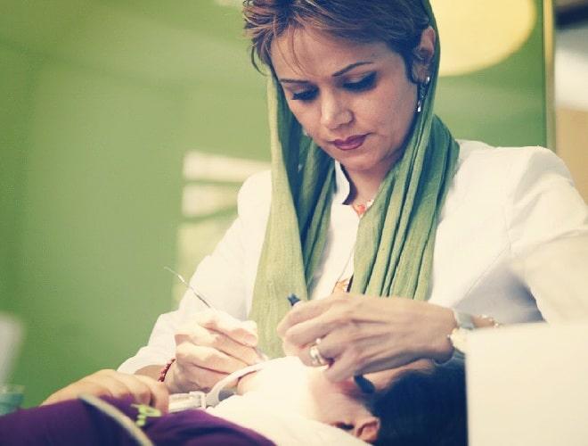 يتم إجراء تركيب فينير الاسنان في عيادة اسنان حديثة التجهيز وفق أفضل المعياريات العالمية