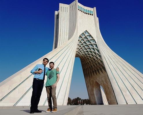 سائح من رومانيا في برج آزادي في طهران