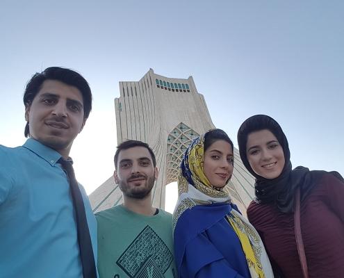 سائح طبي من رومانيا في برج آزادي في طهران