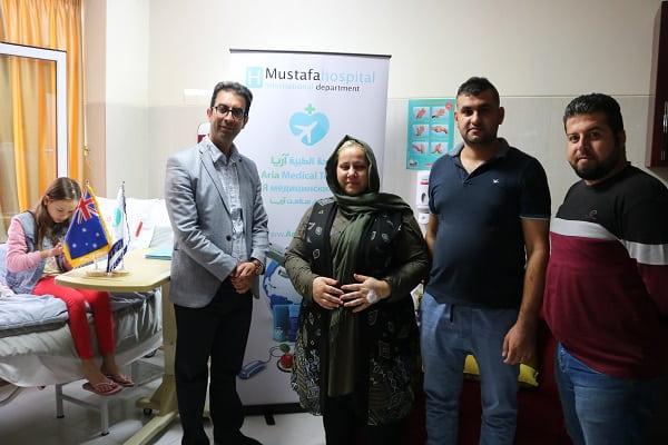 عمار وعائلته مع رئيس قسم المرضى الدولي للمشفى مع مترجم شركة السياحة الطبية آريا.