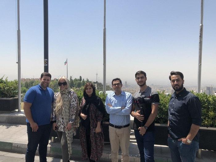 سائحة طبية في ايران تلتقط صورة في مكان عام
