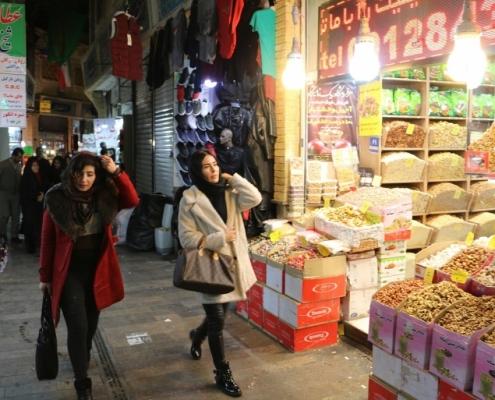 جولة في السوق لمريضة تكبير الثدي في ايران
