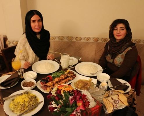 مريضة من بلاروسيا في مطعم في طهران